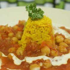 Intialainen kikhernepata kultaisen riisin ja hunajajogurtin kera