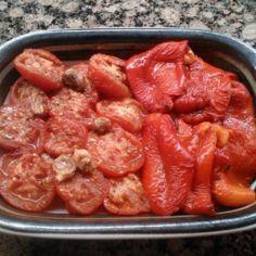 Uunissa paahdetut paprikat ja tomaatit