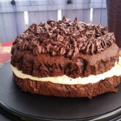 Suklaakakku kinuskisella voikreemillä ja suklaakuorrutteella