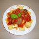 Polentakuutiot ja lihapullia tomaattikastikkeessa