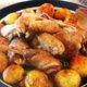 Yrteillä, sitruunalla ja valkosipulilla täytetty kana rucolapedillä