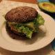 Avokado-green chili burger
