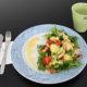 Avokado-kanasalaatti mango-jogurttikastikkeella