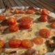 Fetajuustolla ja aurinkokuivatuilla  tomaateilla koristeltu munakas