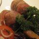 Pekoniin käärityt jauhelihakääryleet kermassa haudutetun punakaalin kera