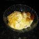 Kermainen herkkupeppu kinuski-pähkinä jäätelö