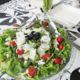 Kreikkalainen salaatti valkosipulikastikkeella